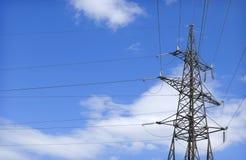 Pilón y alambres de la electricidad Imagenes de archivo