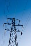 Pilón y líneas eléctricas de la electricidad Imágenes de archivo libres de regalías