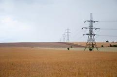 Pilões da eletricidade, campo de Oxfordshire, Reino Unido. imagens de stock royalty free