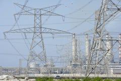 Pilões da eletricidade e central eléctrica imagens de stock