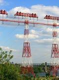 Pilões da eletricidade, linhas elétricas, torres de alta tensão Imagens de Stock Royalty Free