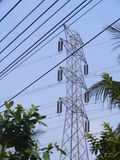Pilões da eletricidade no campo da cevada foto de stock