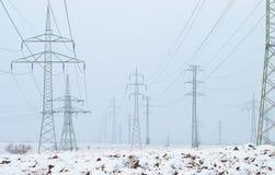 Pilões da eletricidade no inverno foto de stock