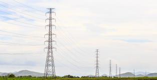 Pilões da transmissão da eletricidade Fotos de Stock