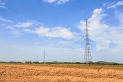 Pilões da transmissão da eletricidade com céu azul Fotos de Stock Royalty Free
