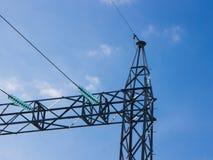 Pilões de alta tensão do poder contra o céu azul Imagem de Stock