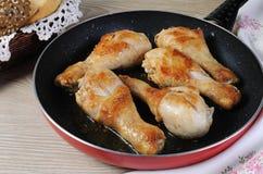 Pilões de frango frito corado em uma bandeja imagem de stock royalty free