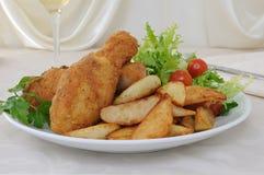 Pilões de galinha com côdeas de pão ralado com batatas e salada fotografia de stock