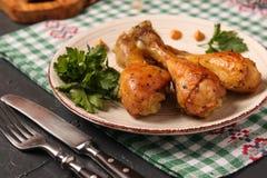 Pilões de galinha cozidos na marinada da mostarda imagens de stock