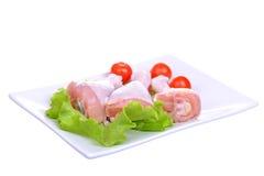 Pilões de galinha crus frescos na placa. Isolado em um branco Fotos de Stock