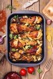 Pilões de galinha quentes e picantes na bandeja do serviço Fotos de Stock Royalty Free