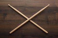 Pilões de madeira cruzados na tabela de madeira Imagens de Stock Royalty Free