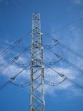 Pilões de um poder da alta tensão contra o céu azul Imagens de Stock