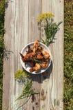 Pilões e asas de galinha grelhados saborosos em uma placa branca, vista superior Foto de Stock Royalty Free
