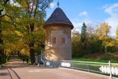 Pil-πύργος το ηλιόλουστο απόγευμα Οκτωβρίου Pavlovsk πάρκο παλατιών Στοκ φωτογραφία με δικαίωμα ελεύθερης χρήσης