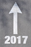 Pil på det skriftliga ordet 2016 för asfaltväg Arkivfoto