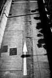 Pil på trottoar Arkivbild