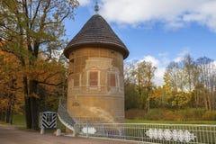 Pil-Turm in Pavlovsk-Park, St Petersburg, Russland Lizenzfreie Stockbilder