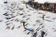 PILA,意大利-滑雪者的午休倾斜的在欧洲山区度假村 图库摄影