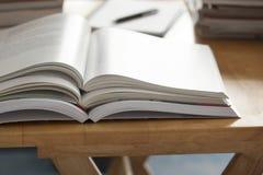 Pila abierta del libro puesta en la tabla Foto de archivo libre de regalías