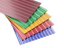 Pila acanalada metal de las hojas del tejado, con diversos colores Imagen de archivo