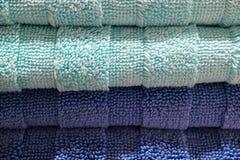 Pila alta chiusa di asciugamani di bagno lanuginosi blu e blu-chiaro profondi, per struttura Fotografia Stock Libera da Diritti