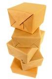 Pila alta de paquetes del reparto del correo, aislada en la visión blanca, superior foto de archivo