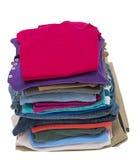 Pila alta de ropa doblada tirada en un ángulo Imagenes de archivo