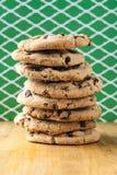 Pila alta di biscotti di pepita di cioccolato Fotografia Stock Libera da Diritti