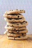 Pila alta di biscotti di pepita di cioccolato Immagini Stock Libere da Diritti