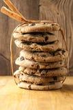 Pila alta di biscotti di pepita di cioccolato Fotografia Stock