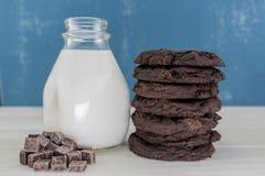 Pila alta di doppi biscotti del cioccolato Fotografie Stock