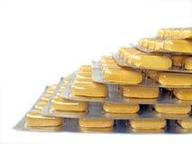 Pila amarilla de la ampolla de la medicación Imágenes de archivo libres de regalías