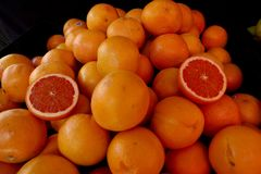 Pila anaranjada de la fruta de la fruta cítrica fresca, cruda Imágenes de archivo libres de regalías