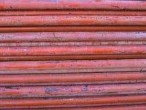 Pila anaranjada de las columnas de acero junto Imagen de archivo