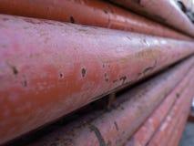 Pila anaranjada de las columnas de acero junto Foto de archivo libre de regalías