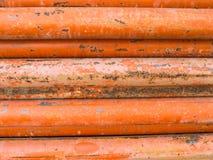 Pila anaranjada de las columnas de acero junto Imagen de archivo libre de regalías