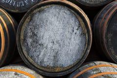 Pila apilada de barriles y de barriles de madera viejos en el destilador del whisky foto de archivo libre de regalías