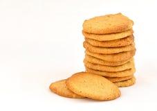 Pila aseada de galletas de mantequilla hechas en casa de cacahuete con dos que descansan delante de ella foto de archivo