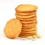 Pila aseada de galletas de mantequilla hechas en casa de cacahuete con una que descansa contra él y los cacahuetes dispersados foto de archivo