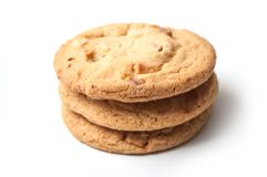 Pila blanca de las galletas del chocolate en el fondo blanco imágenes de archivo libres de regalías