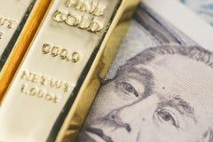 Pila brillante del lingote de los lingotes de oro en el dinero a del billete de banco de los yenes japoneses foto de archivo