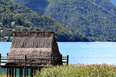 Pila-casa cerca del lago Ledro en Norte-Italia Imagen de archivo