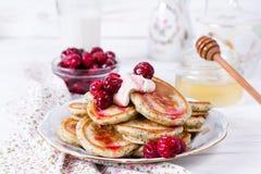 Pila casalinga di pancake con le ciliege per la prima colazione sana saporita immagini stock libere da diritti