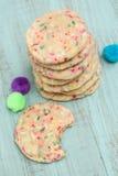 Pila colorida de galletas del confeti para el cumpleaños uno mordidas imagenes de archivo