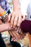 Pila colorida de manos de los jóvenes fotos de archivo