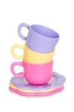 Pila colorida de tazas del juguete y de placas del juguete Imagenes de archivo