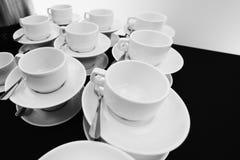 Pila compilata bianca delle tazze di tè Fotografia Stock