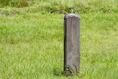 Pila concreta en la hierba verde de la hierba Imagen de archivo