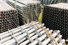 Pila d'acciaio sul pavimento nella zona della costruzione immagine stock libera da diritti